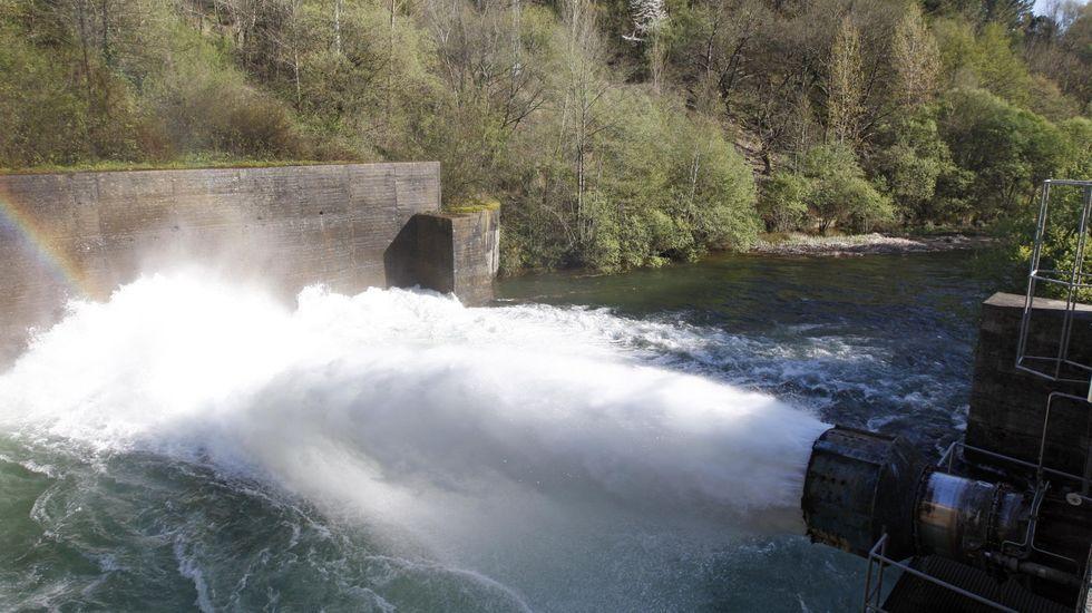 Una visita en imágenes a la aldea de Lebrón.Salida de agua de la base de la presa de Vilasouto