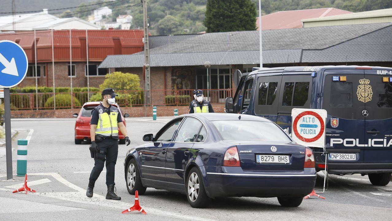 La farmacéutica Sanofi con sede en Francia.Control policial en una rotonda de Viveiro