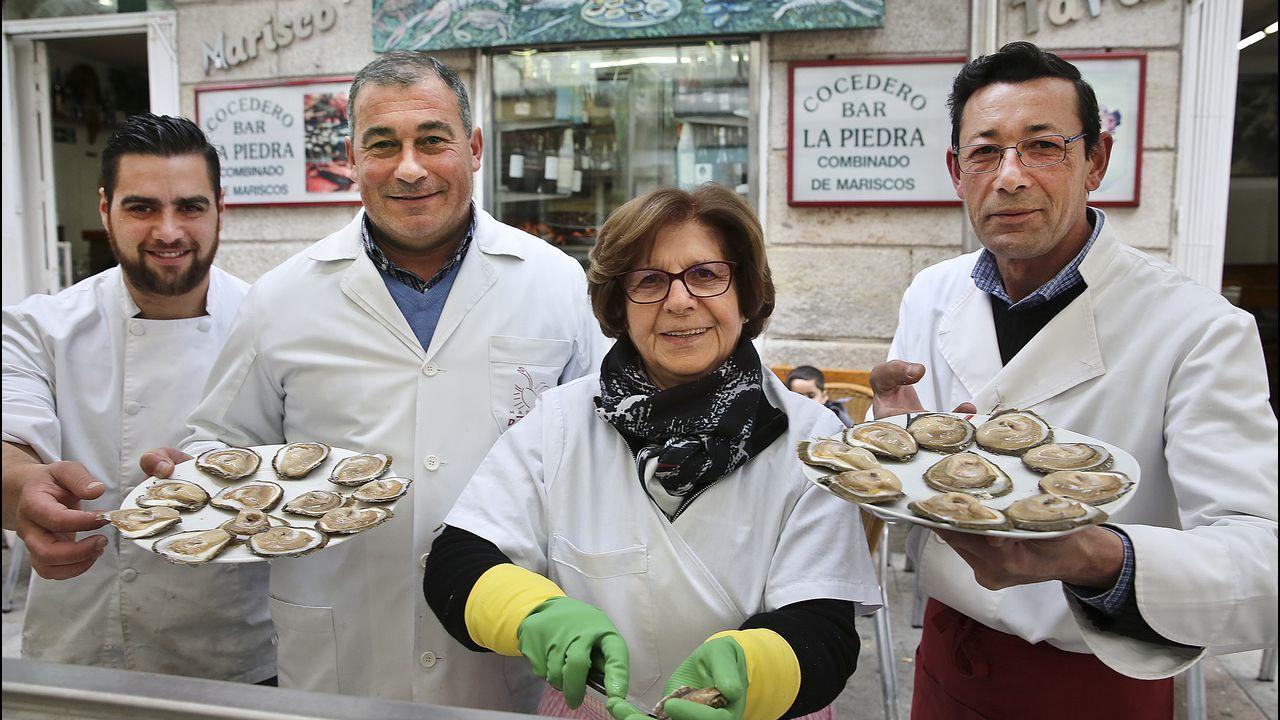 En el taller de un artesano.Isabel Seoane, flanqueada por Diego, Fernando y Manuel (de izquierda a derecha)