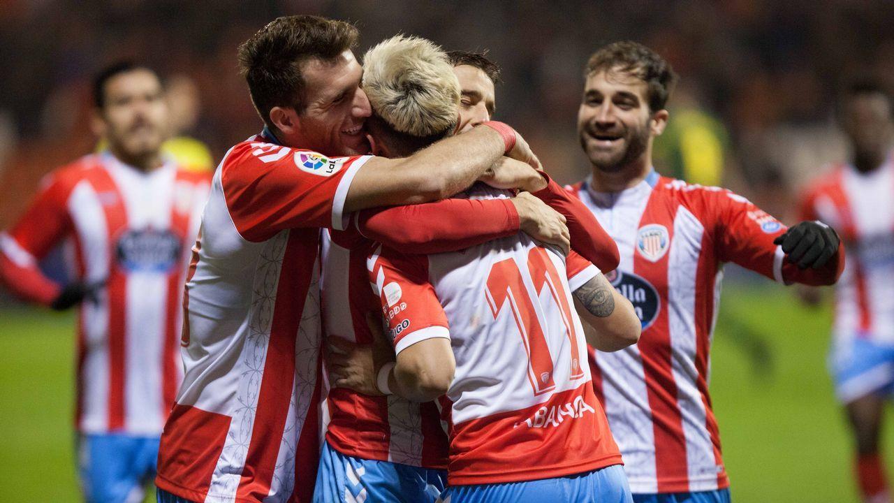 Las mejores imágenes del Deportivo - Las Palmas.Quique, a la derecha de la foto con Bóveda, está entre los cinco deportivistas con más minutos
