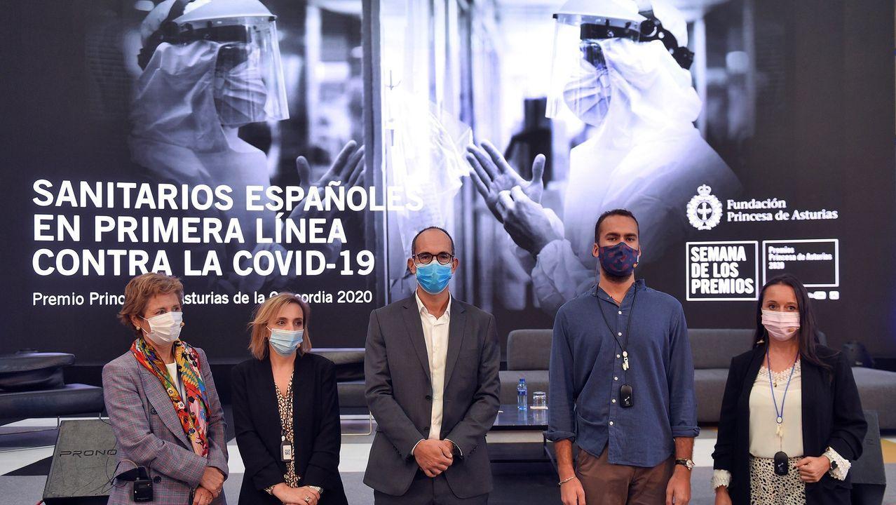 Las imágenes de la visita real a La Vega.Dentro de las actividades de la Semana de los Premios Princesa de Asturias hoy se celebro una mesa redonda que contó con la participación de profesionales sanitarios españoles que trabajan en primera línea contra la Covid-19, en la Fábrica de Armas de La Vega de Oviedo