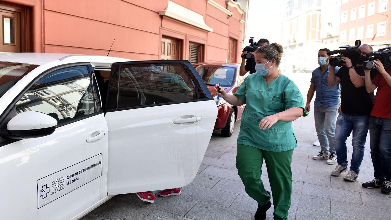 Momento en ol que el equipo médico sale del hotel Finisterre tras realizar los test a los jugadores del Fuenlabrada