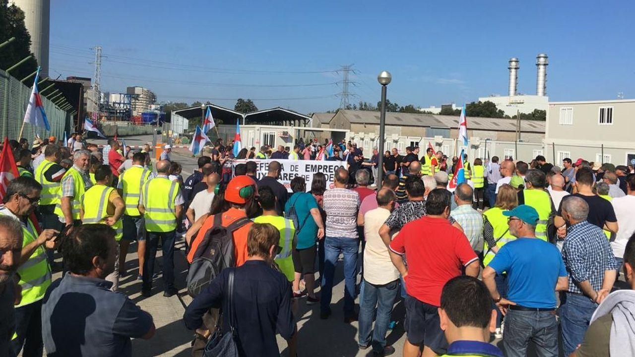 Más de 5.000 personas claman en la calle por el futuro del empleo de As Pontes y la comarca.Gonzalo Caballero y Valentín González Formoso, reunidos con los colectivos que dependen de la térmica de As Pontes