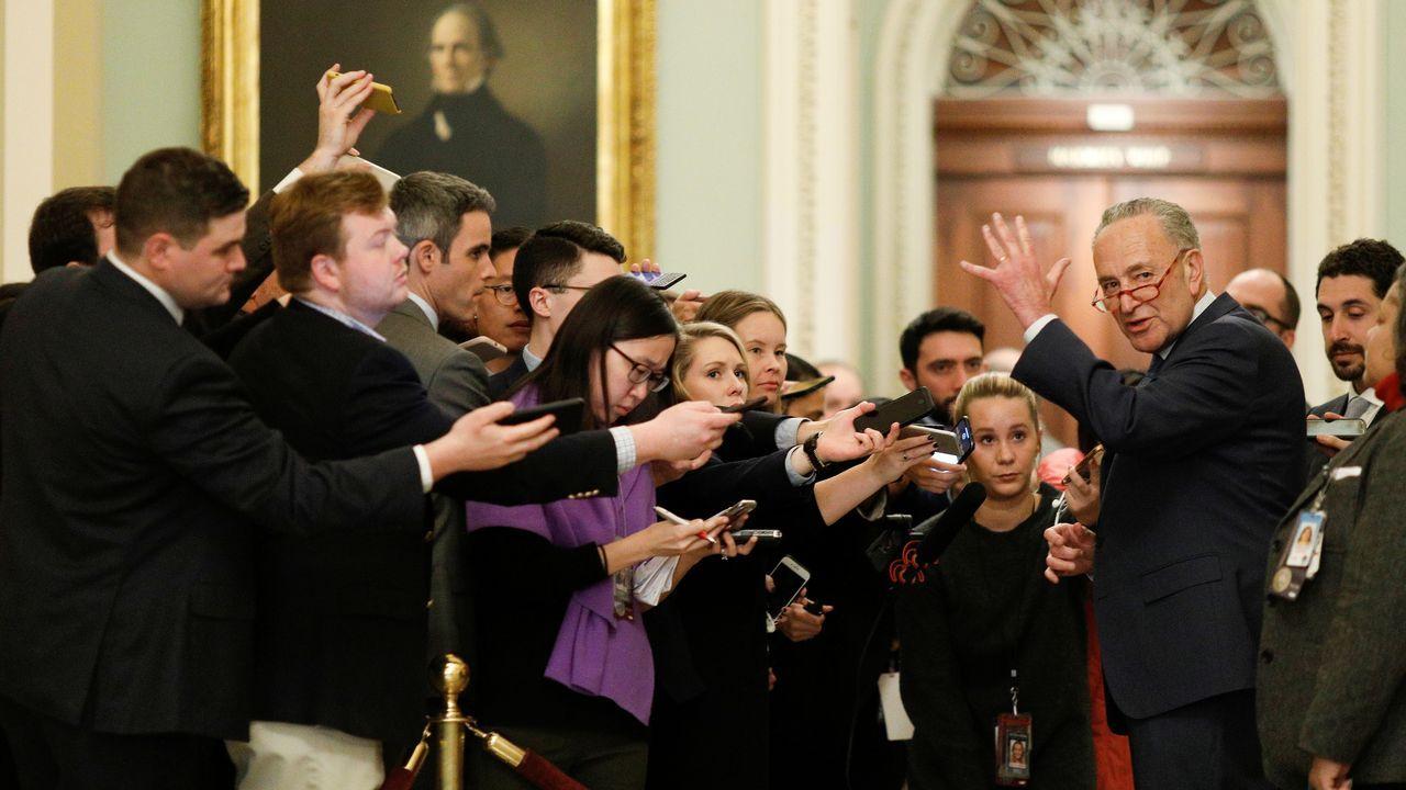 El líder de la minoría demócrata en el Senado, Chuck Schumer, calificó de «farsa» la primera día del «impeachment»