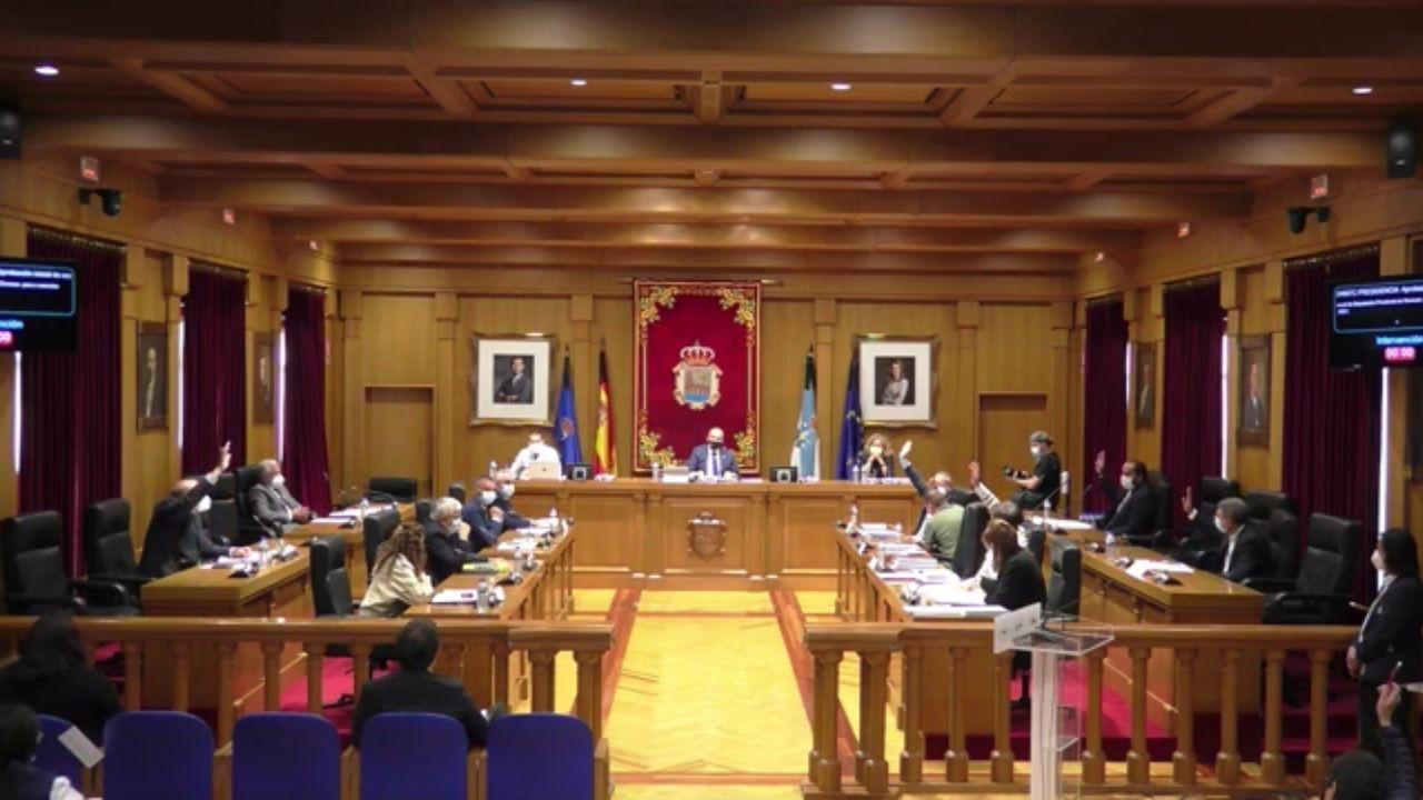 Armando Ojea, a la izquierda, votando en contra de los presupuestos de la Diputación