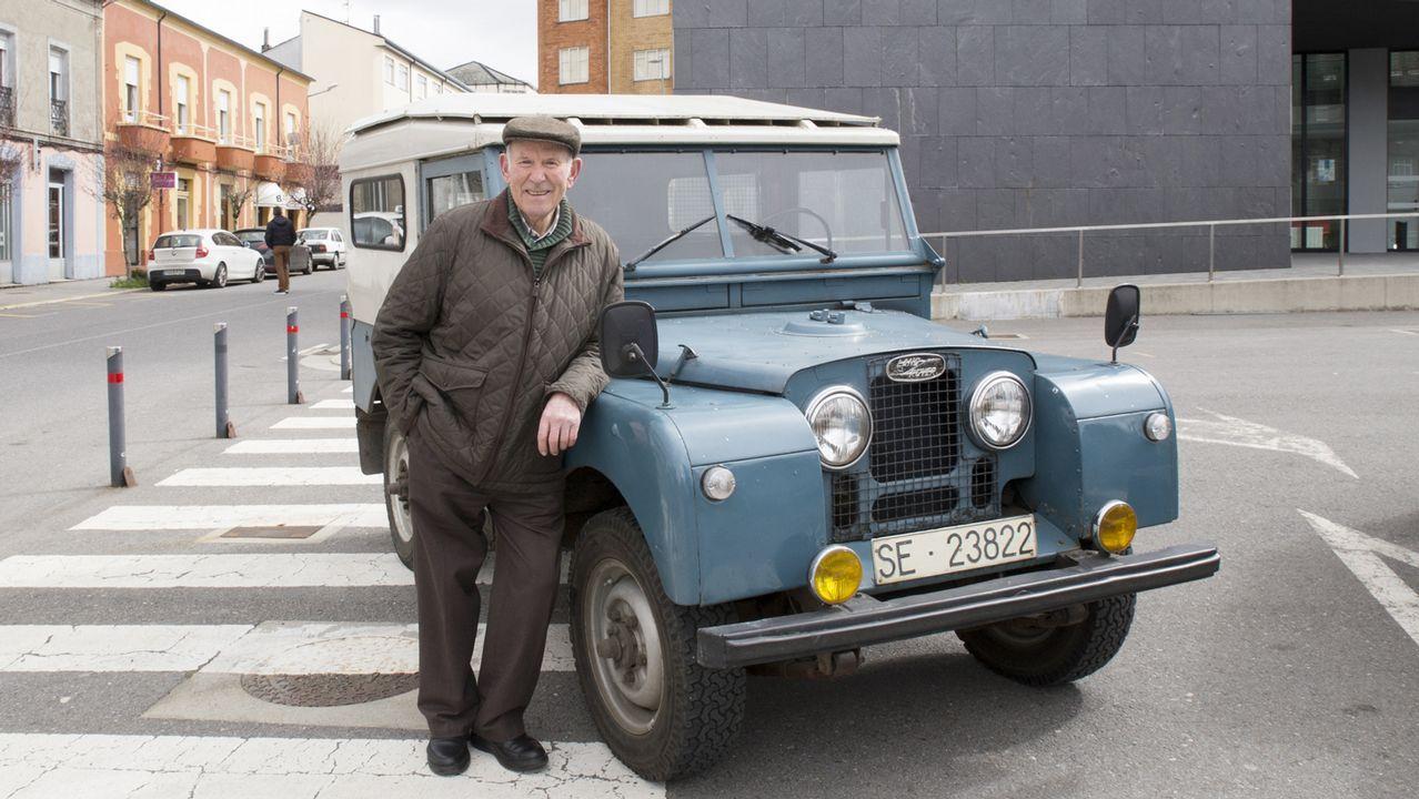 Los viejos Land Rover resisten.Viajeros en uno de los andenes de la estación de ferrocarril de Monforte