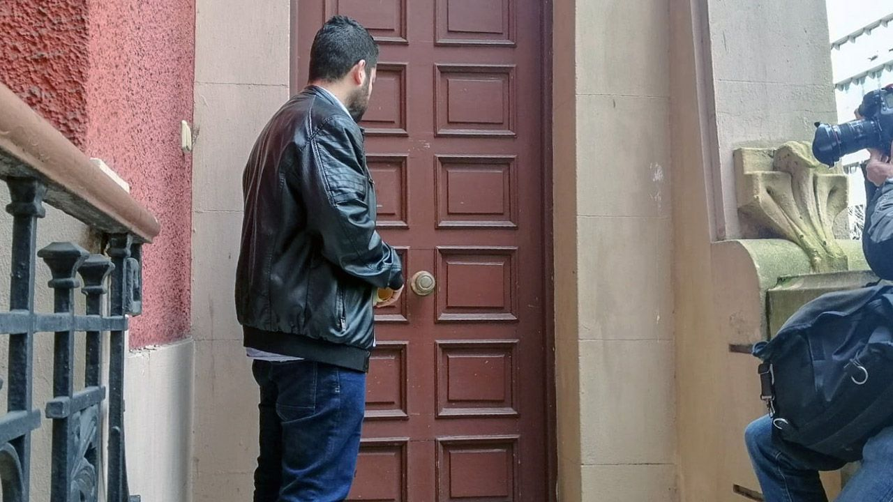 El concejal Rubén Rosón llama a la puerta del palacete Sanatorio Miñor