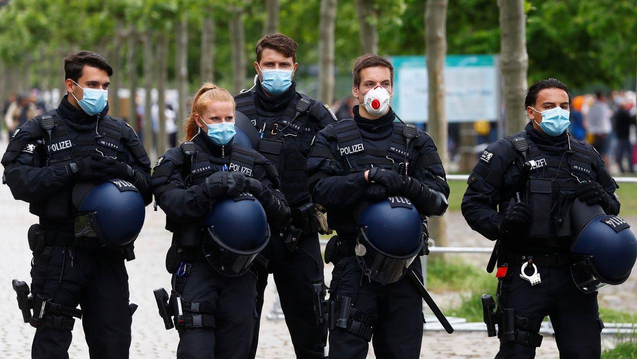 Agentes de policía cubiertos con mascarillas durante una protesta en Fráncfort contra las restricciones impuestas por la crisis sanitaria del covid-19