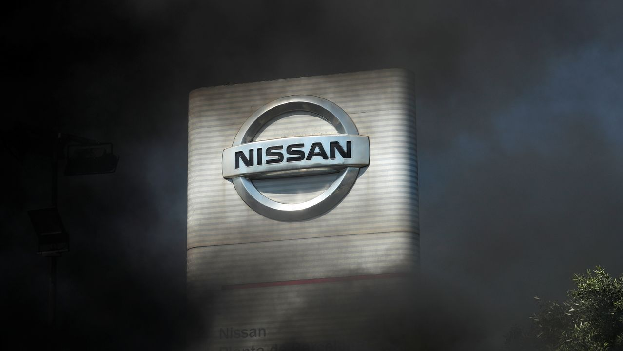 Las protestas de los trabajadores de la planta de Nissan en Barcelona se endurecen tras anunciar su cierre.Reyes Maroto, Núñez Feijoo y el presidente de Alcoa durante su visita a San Cibrao en octubre del 2019