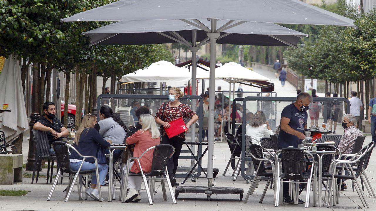 Hasta ayer, solo terrazas. Los restaurantes del paseo marítimo de Mugardos abiertos ayer llenaron sus limitadas mesas, al estar autorizado solo el consumo en el exterior y al 50 % de aforo