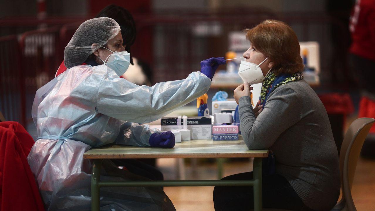 Una sanitaria recoge muestras para un test en Móstoles, Madrid