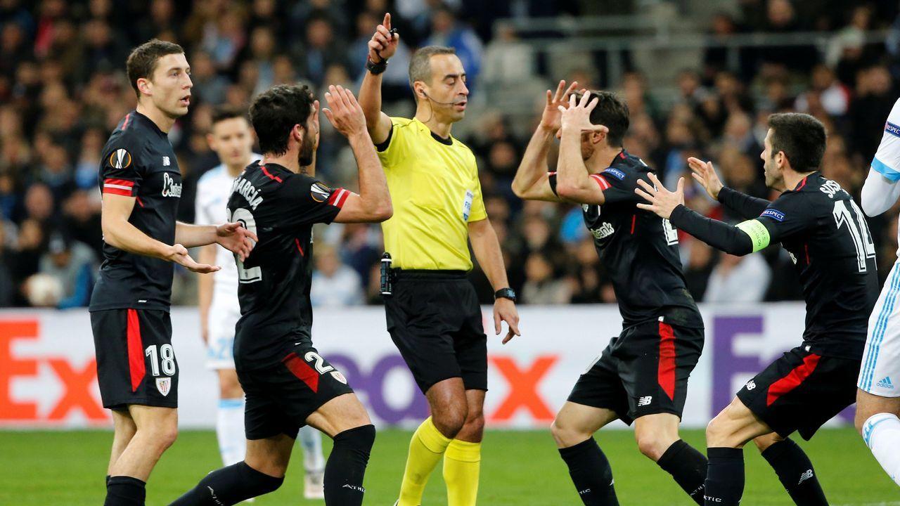 Ultras del Marsella apuñalan a un guardia de seguridad en San Mamés.El Deportivo aplaude a sus aficionados al término del partido del pasado sábado