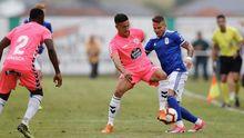 Aarón disputa un balón en el partido frente al Lugo en la pretemporada de 2018