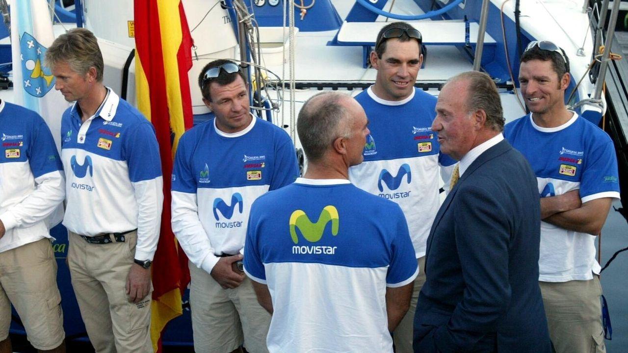 Una imagen del 2005. El rey Juan Carlos saludaba a las tripulaciones de los barcos participantes en la Volvo Ocean Race en Sanxenxo. Aquí, con los de Movistar