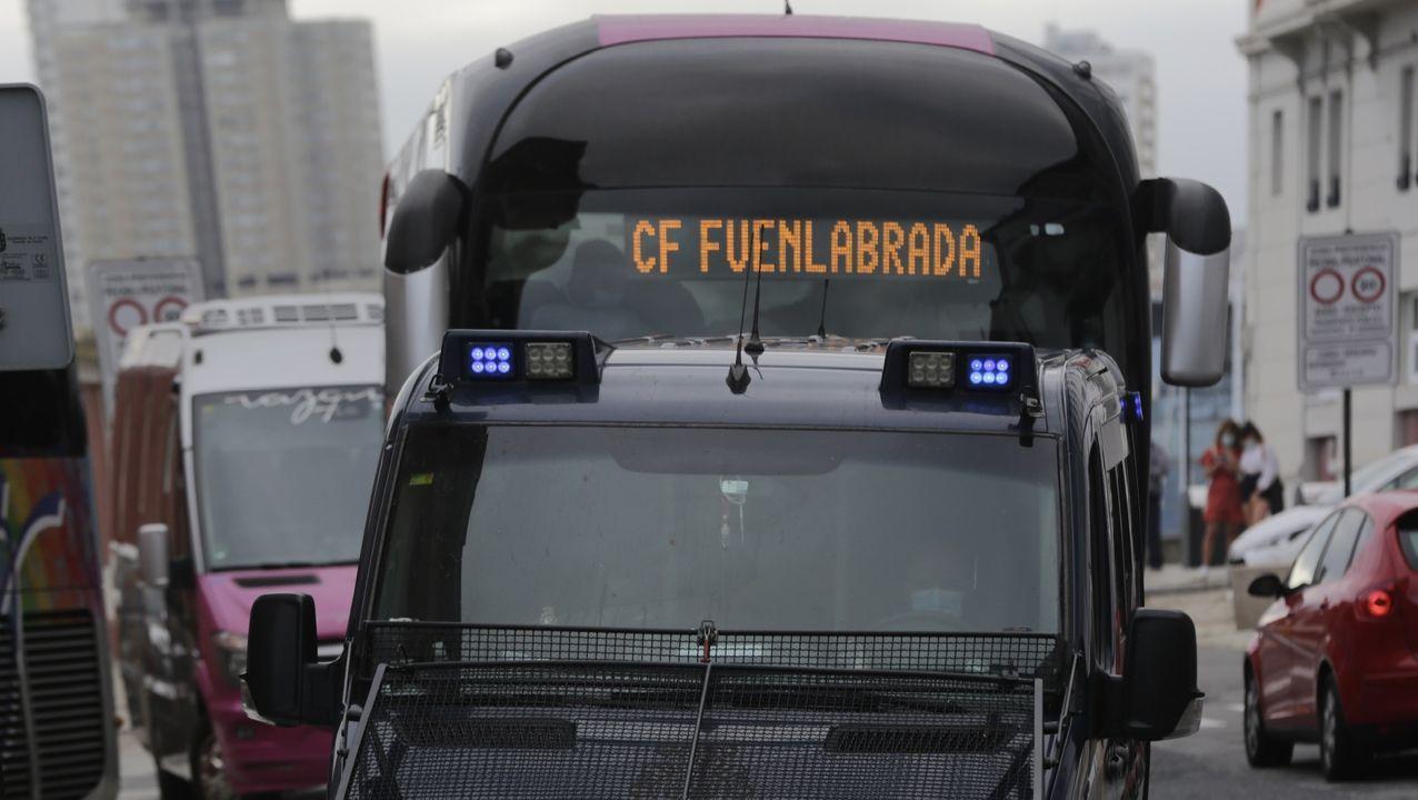 Los autobuses del Fuenlabrada frente al hotel Finisterre de A Coruña