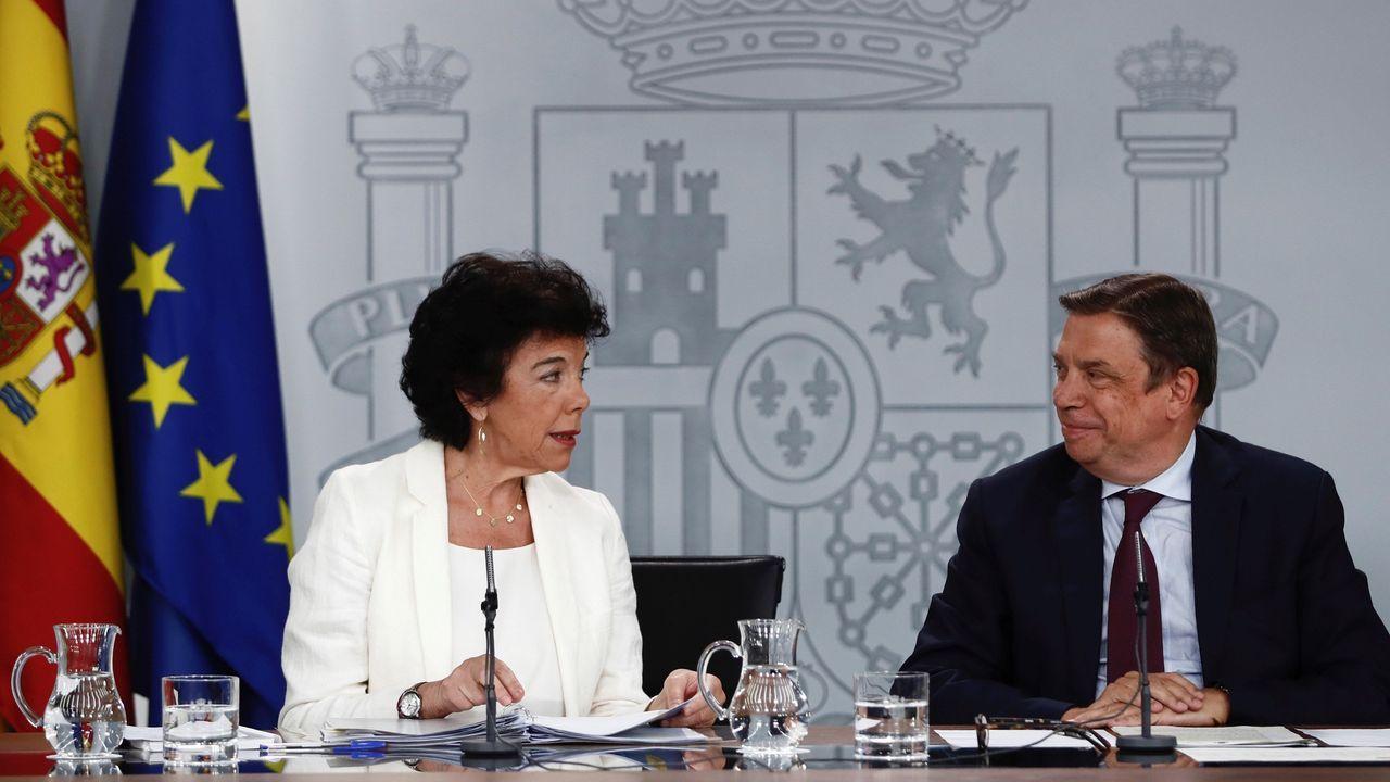 La ministra portavoz, Isabel Celaá, en la imagen junto al titular de Agricultura, Luis Planas, tras el Consejo de Ministros, aseguró que «no se observan condiciones para una coalición» con Podemos