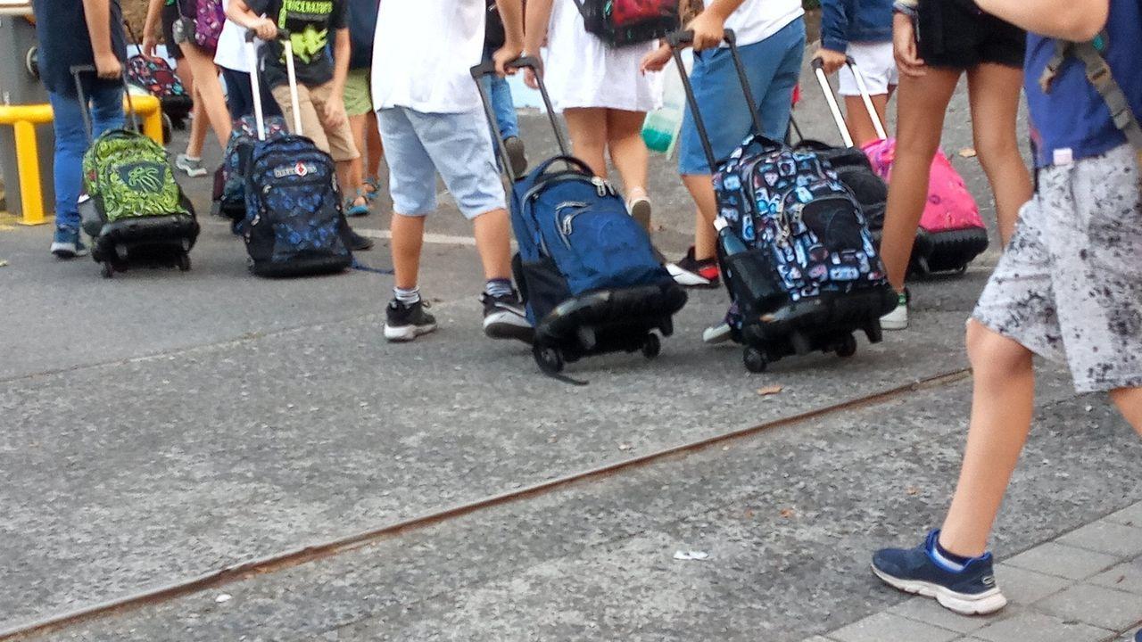 Varios niños a la entrada de un colegio de Bilbao