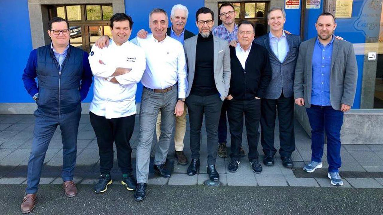 Quique Dacosta, en el centro, con varios integrantes del colectivo de restaurantes de fomento de la cocina asturiana