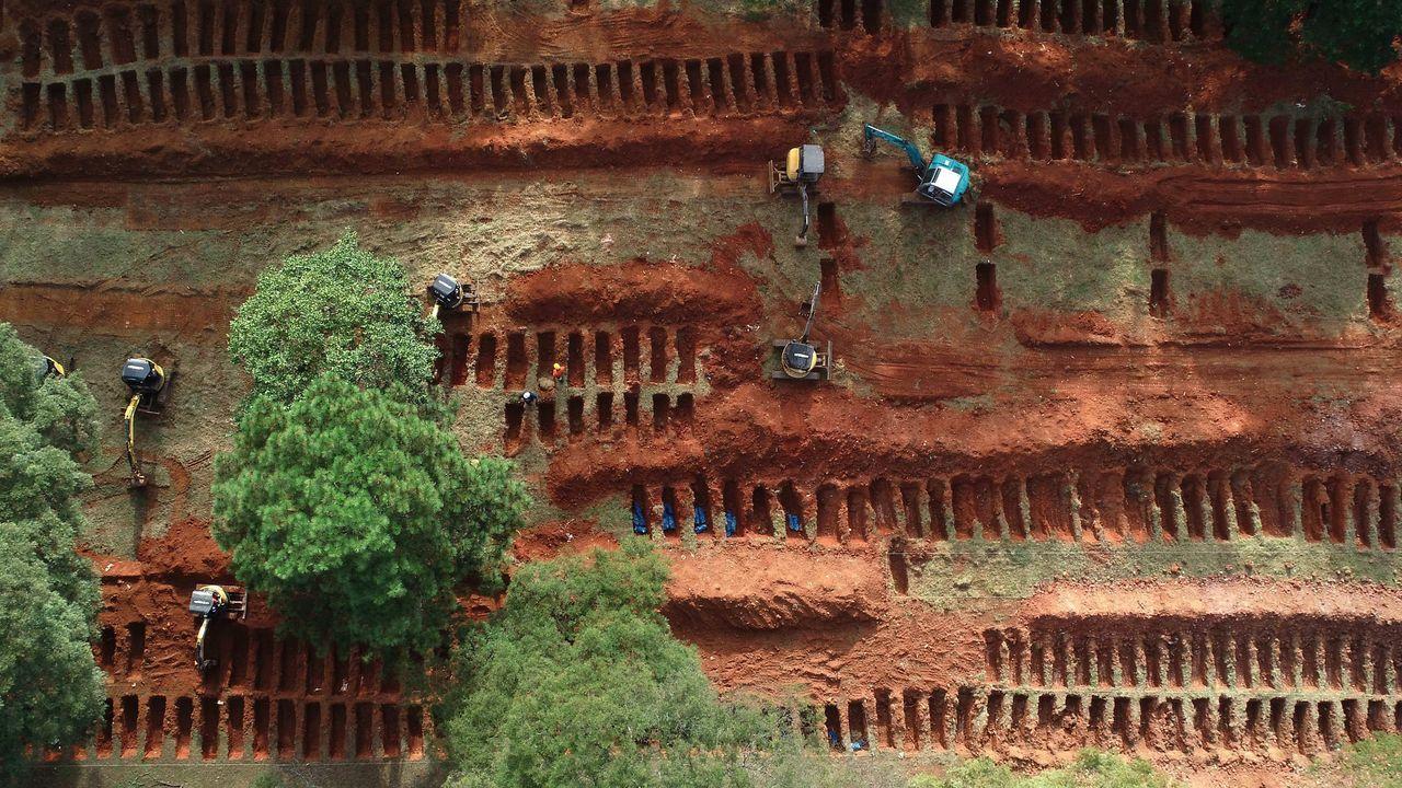 Vista aérea desde un dron de las nuevas fosas que se abren en el cementerio de Vila Formosa durante la pandemia COVID-19, en la ciudad de Sao Paulo (Brasil)