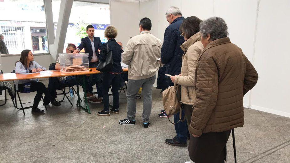 Colas en una mesa electoral en Siero