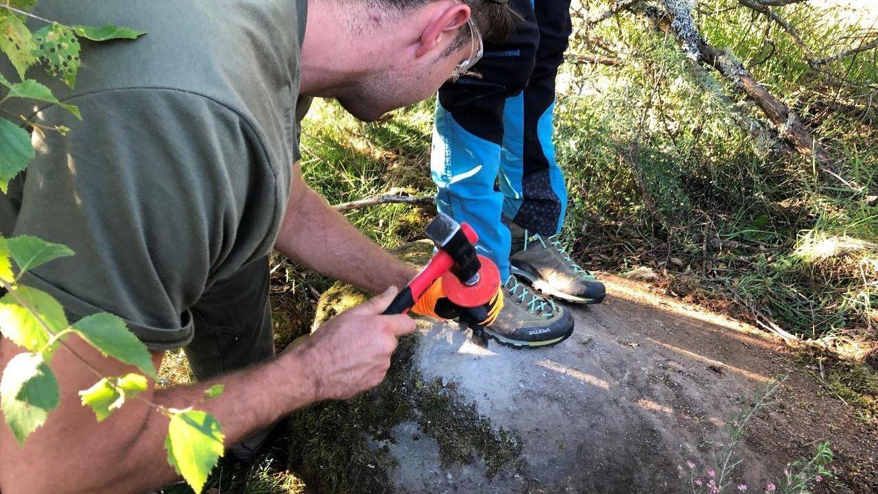 Vicente Gotor, Juan Vázquez,.Miembros del equipo de investigación recogen muestras de rocas para determinar la antigüedad de los antiguos glaciares de la sierra de O Courel