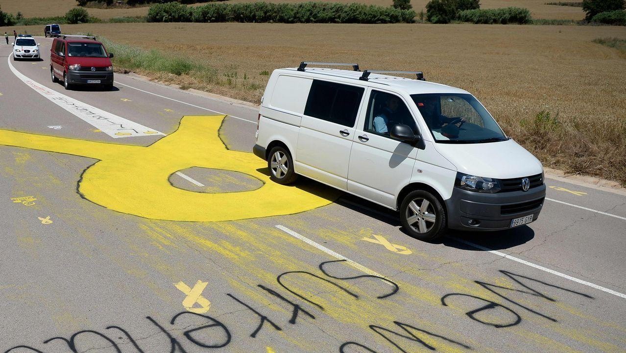Turbulento aniversario del 1-O.Comitiva que transporta a Junqueras, Romeva y los Jordis