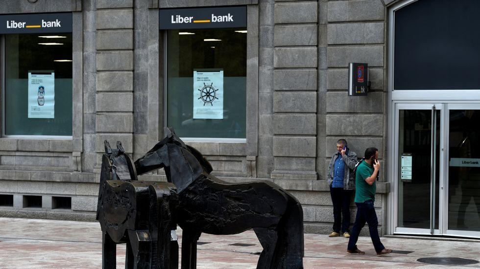 Carril de tren de Arcelor, en Veriña.La sede central de Liberbank en Oviedo