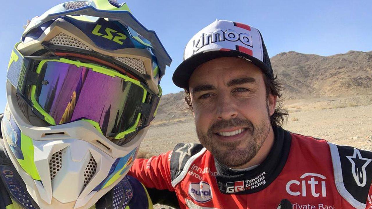 El monfortino Eduardo Iglesias se encuentra con Fernando Alonso en el desierto.Toby Price, en el margen superior derecho y Svitko, sobre la moto, tras la llegada de las asistencias