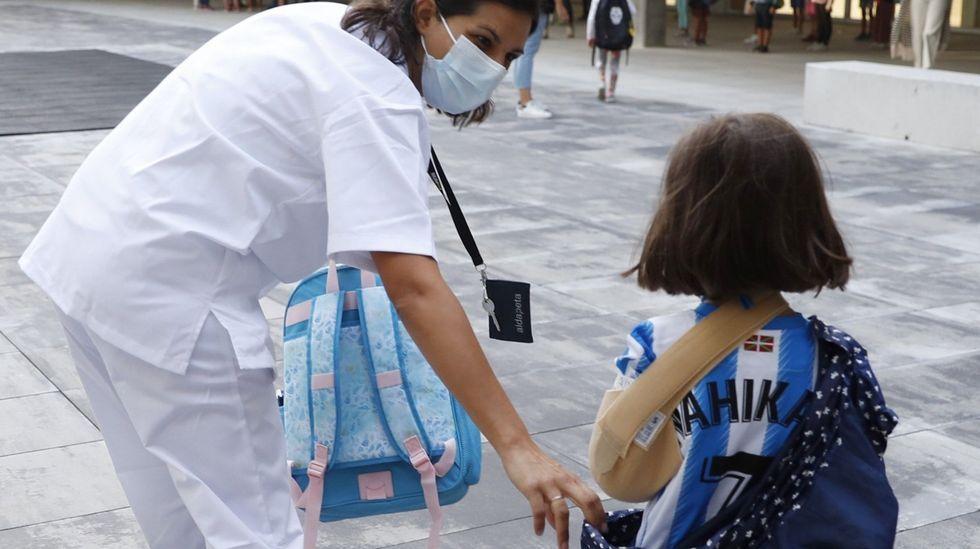 Primer día de clase en los institutos de la comarca de Ferrol.Una enfermera escolar asiste a una alumna de un colegio de San Sebastián