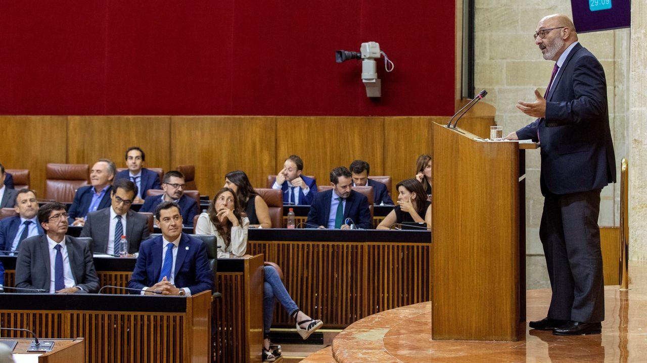 La alcaldesa de Madrid, Manuela Carmena, conversa con el candidato del PP a sucederla en el cargo, Martínez Almeida