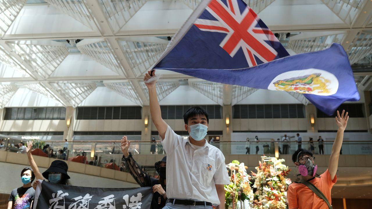 La pandemia en el mundo, en imágenes.Un manifestante ondea la antigua bandera colonial de Hong Kong en una protesta contra las injerencias chinas en la gestión de la ciudad autónoma