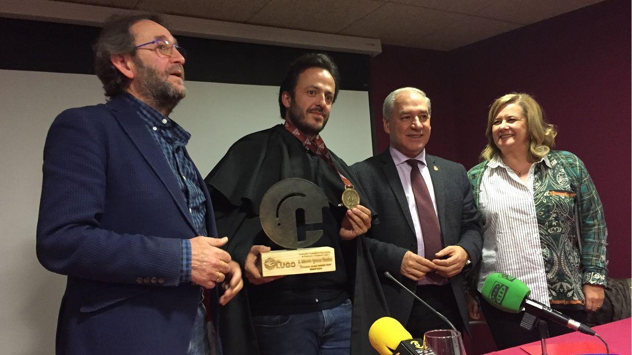 Comparsas en Chantada y Sober.Eduardo Iglesias muestra la medalla conseguida en el Dakar 2020 tras su nombramiento, acompañado por Cheché Real, José Tomé y Paloma Vázquez