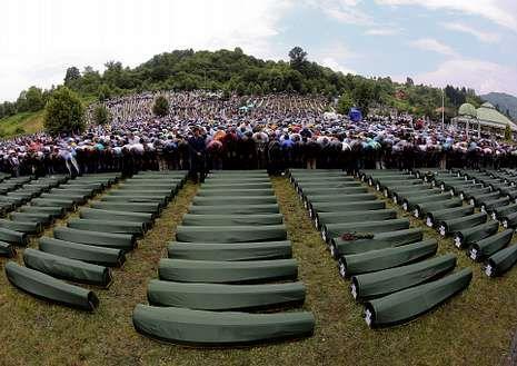 Memorial de la matanza de Srebrenica.Familiares de las víctimas de la masacre rezan en Potocari.