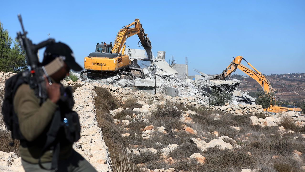 Soldados vigilan la demolición de casas palestinas en Hebrón