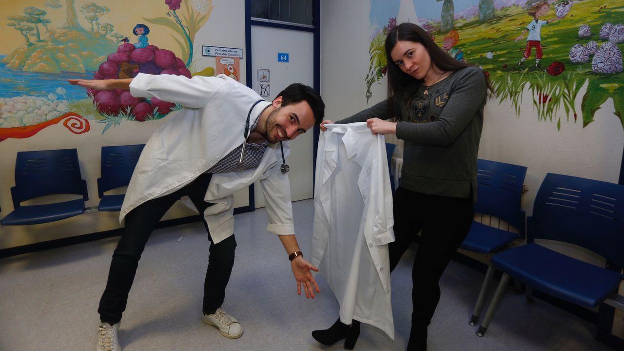 El doctor Luis Piñeiro, en una foto del 2001, en su despacho del Hospital Xeral