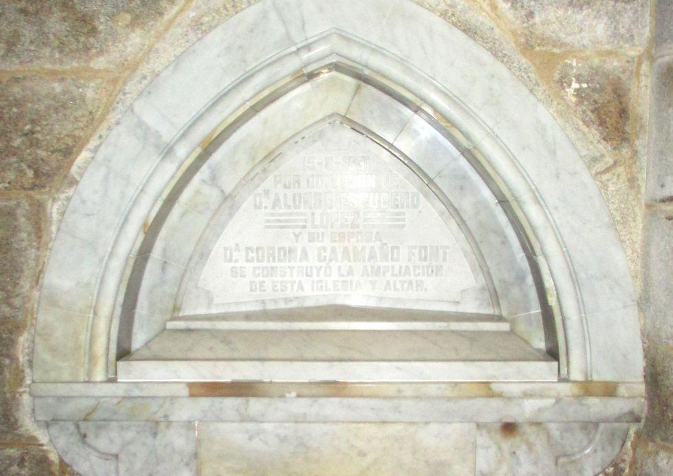 Lápida traída de Cuba cos restos do filántropo e, á dereita, o lugar onde repousan os seus restos.