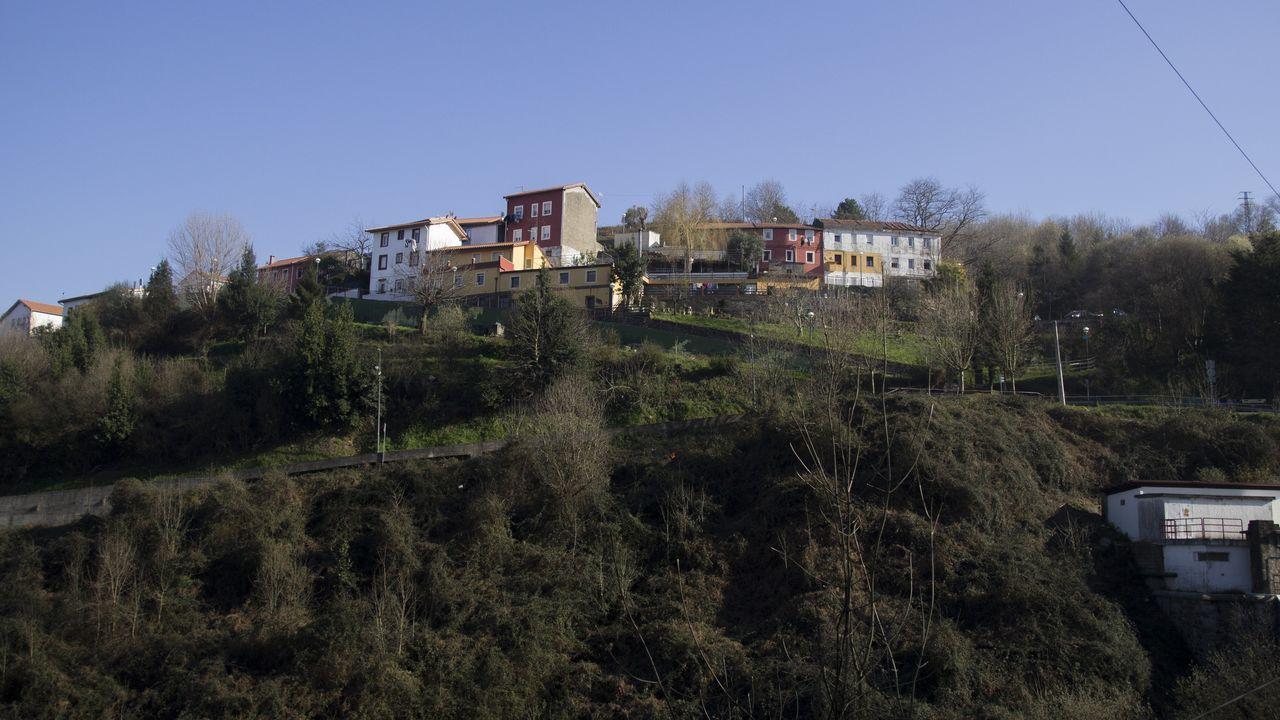 mas.El monte Caramelo está en una de las laderas de la ría de Bilbao. Las casas se construyeron sobre una antigua cantera. Todas con formas, colores y estilos distintos. El «feísmo», impulsado por la carestía de medios, fue, además de la capacidad de trabajo, uno de los rasgos que exportaron los gallegos de los años 60