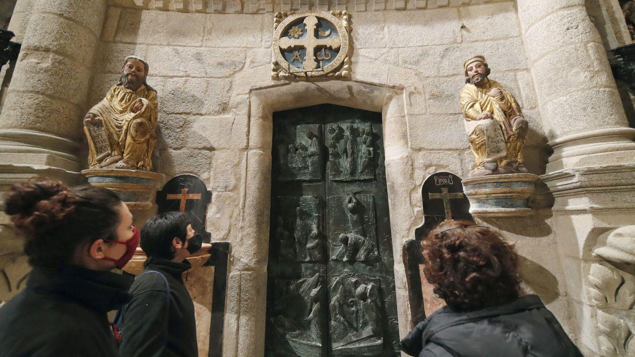 Colas para entrar por la Puerta Santa de la catedral de Santiago.El arzobispo Julián Barrio saluda al delegado regio Alberto Núñez Feijoo