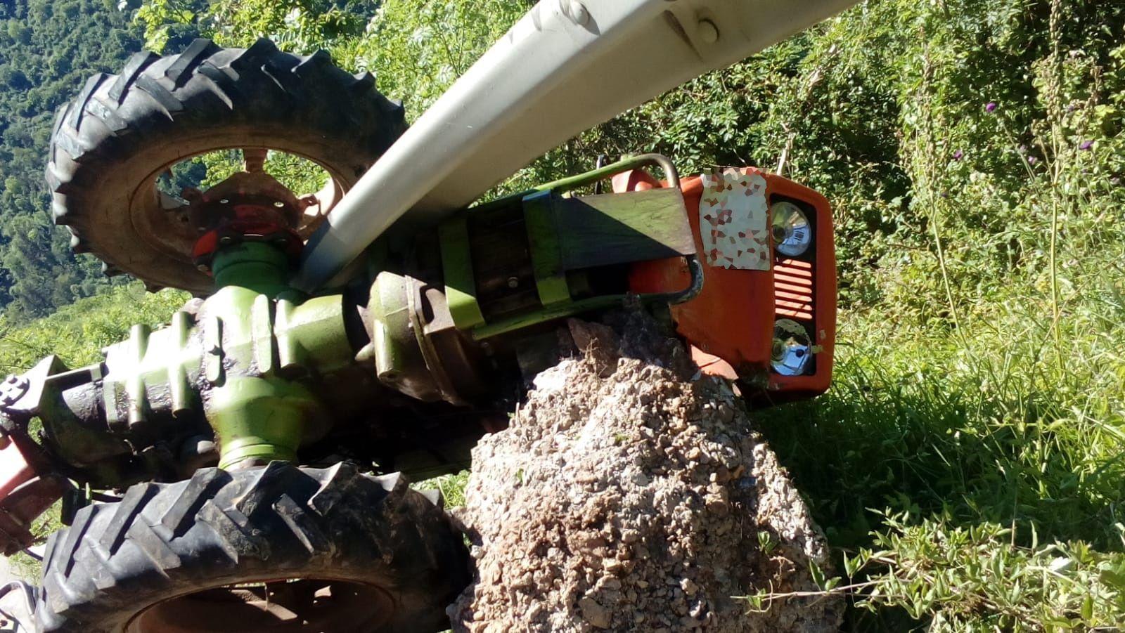 Imagen de archivo de un tractor volcado