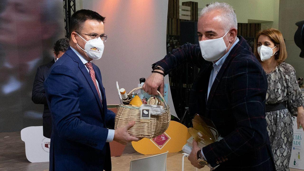 El conselleiro de Medio Rural, José González (izquierda), entregando a Javier Sampayo (Pazo de Anzuxao) uno de los premios