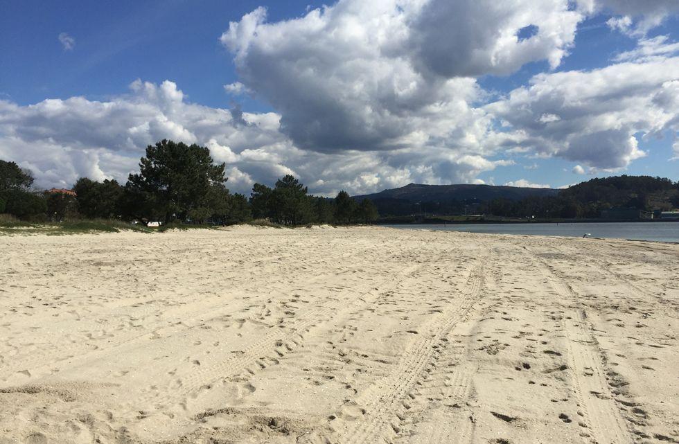 Playa de Lourido, ayer, después del paso de las palas.