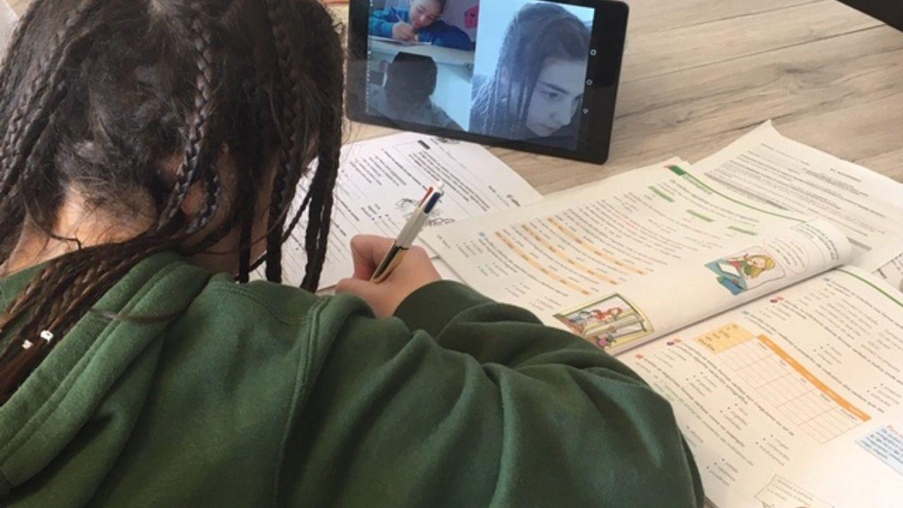 DEBERES EN COMPAÑÍA. Laura Rodríguez se conecta con sus amigos y amigas para hacer los deberes y compartir dudas.