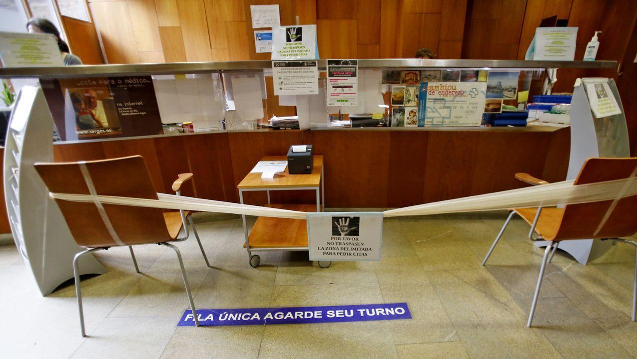 El centro de salud de Casco Vello tiene una barrera y la máquina de citas queda en medio