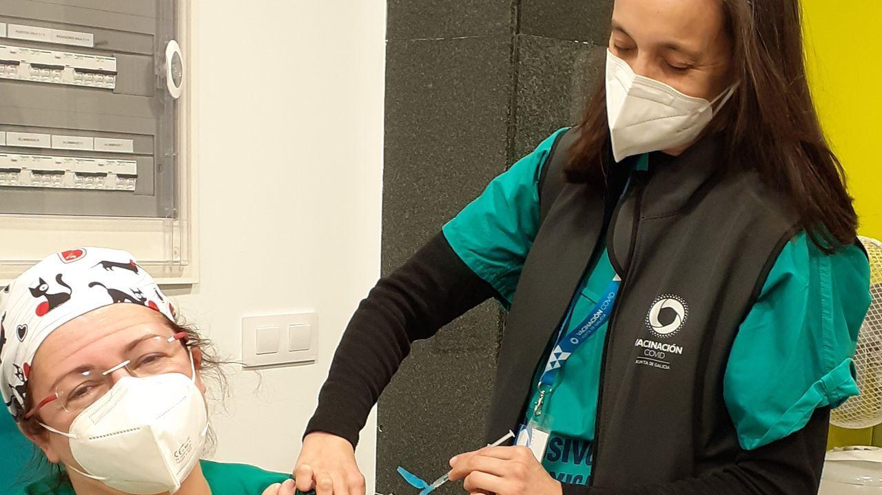 Celia Rodríguez Estoquera, enfermera del servicio de Medicina Preventiva, vacunando.