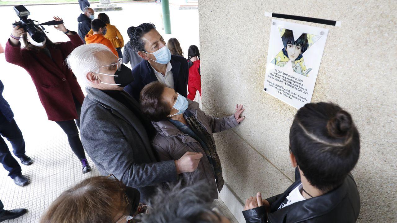 Homenaxe aXela Arias.A nai de Xela Arias descubre a placa conmemorativa que lembra o paso da poeta sendo nena polo colexio de Sárdoma