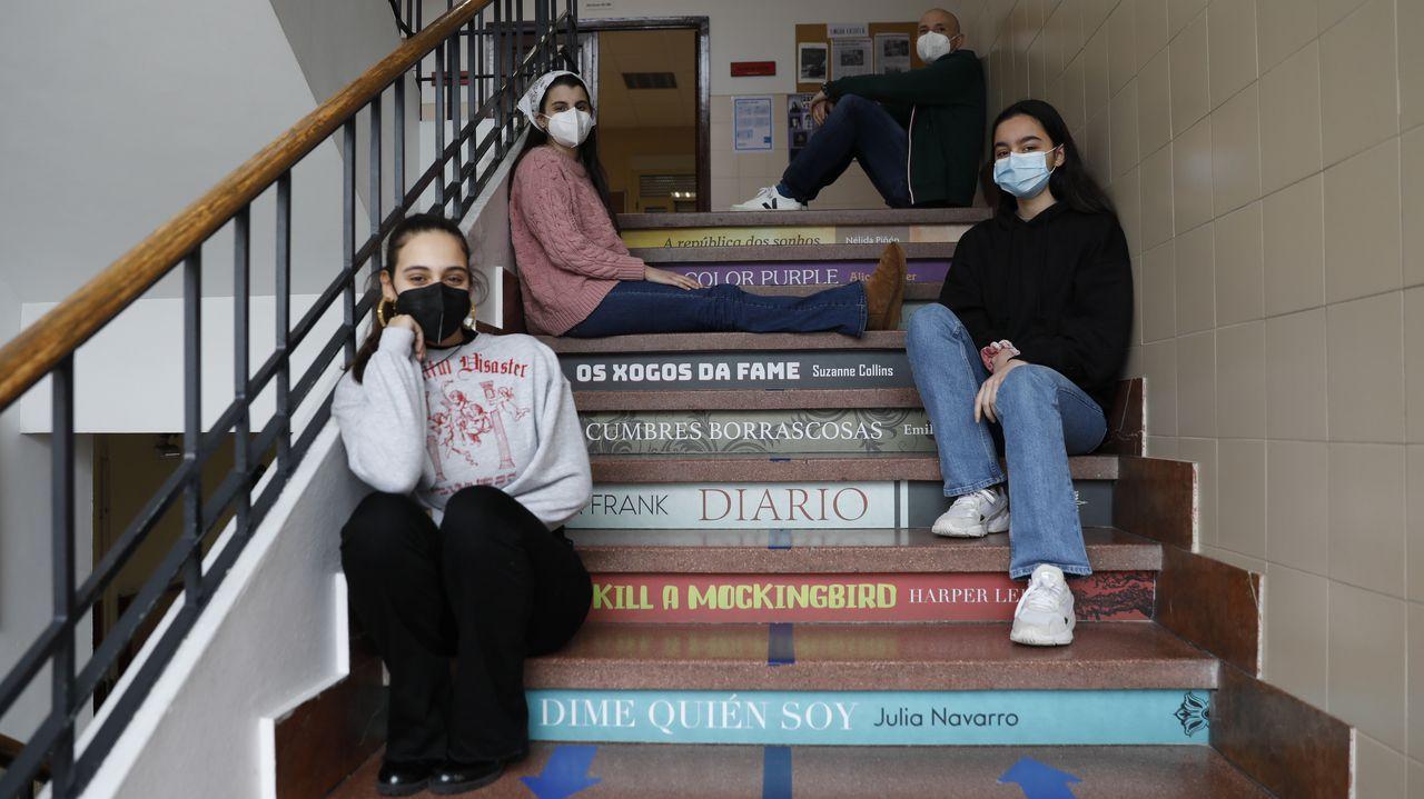 De arriba abajo, el profesor Carlos Pérez y las alumnas Paula Baliño, Inés Reverter y Alexia Moreiras