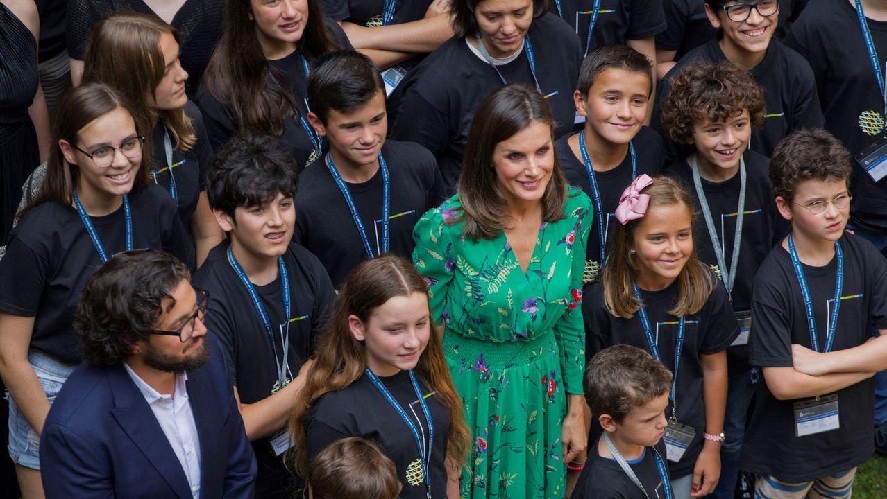 La reina Letizia posa en foto de familia durante su asistencia a la lección magistral que el director de orquesta Aarón Zapico