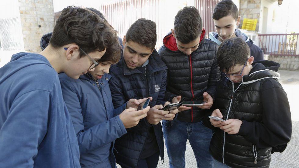Alumnos de un colegio de Carballo utilizando teléfonos móviles