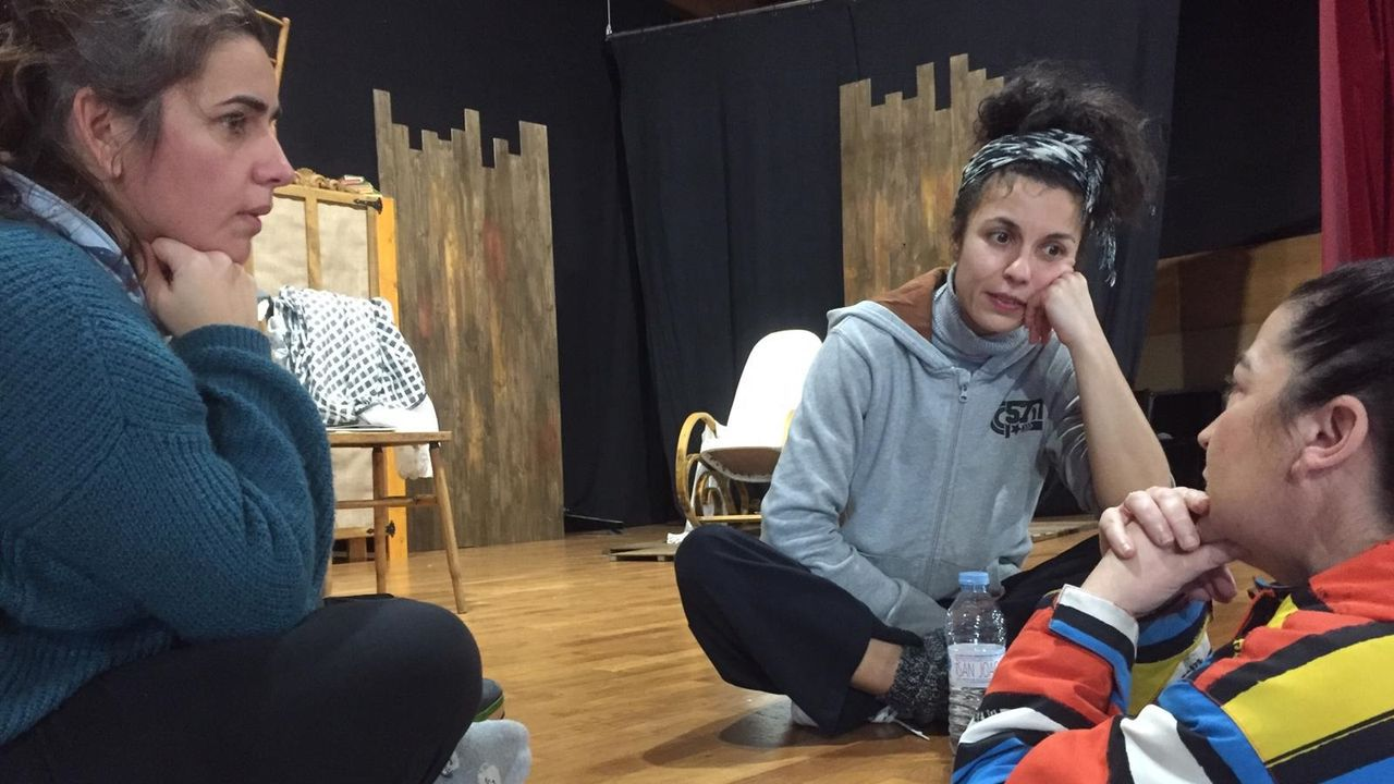 Os felos precorren Maceda.As actrices Rocío González e Cristina Collazo, sentadas sobre o escenario durante un ensaio, intercambian pareceres sobre a representación de «Rosalía» coa directora, Fina Calleja