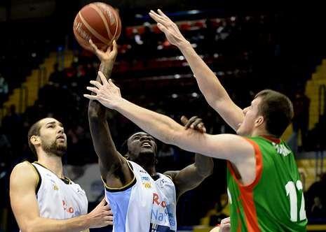 Balvin intenta taponar el lanzamiento de Scott en el partido de la primera vuelta en Sevilla.